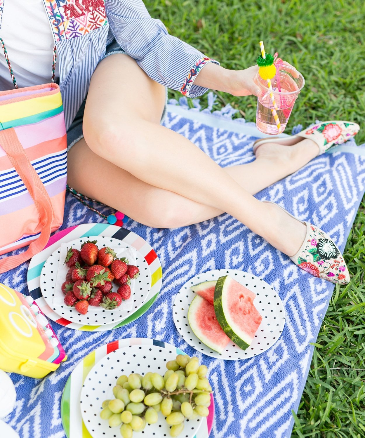 How cute is this Memorial Day picnic designed by Ashley Brooke with Bloomingdale's? | www.ashleybrookdesigns.com
