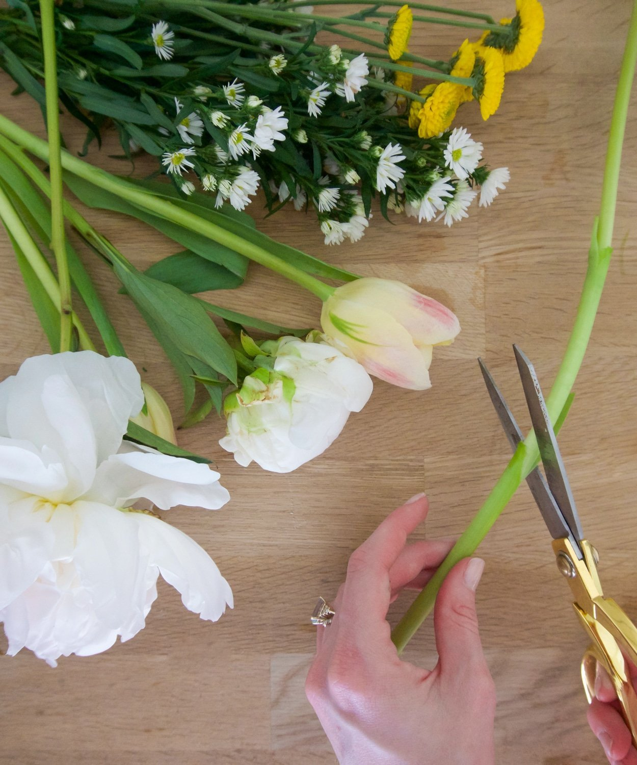 Ashley Brooke shares her best tips for making a DIY bouquet! | www.ashleybrookedesigns.com