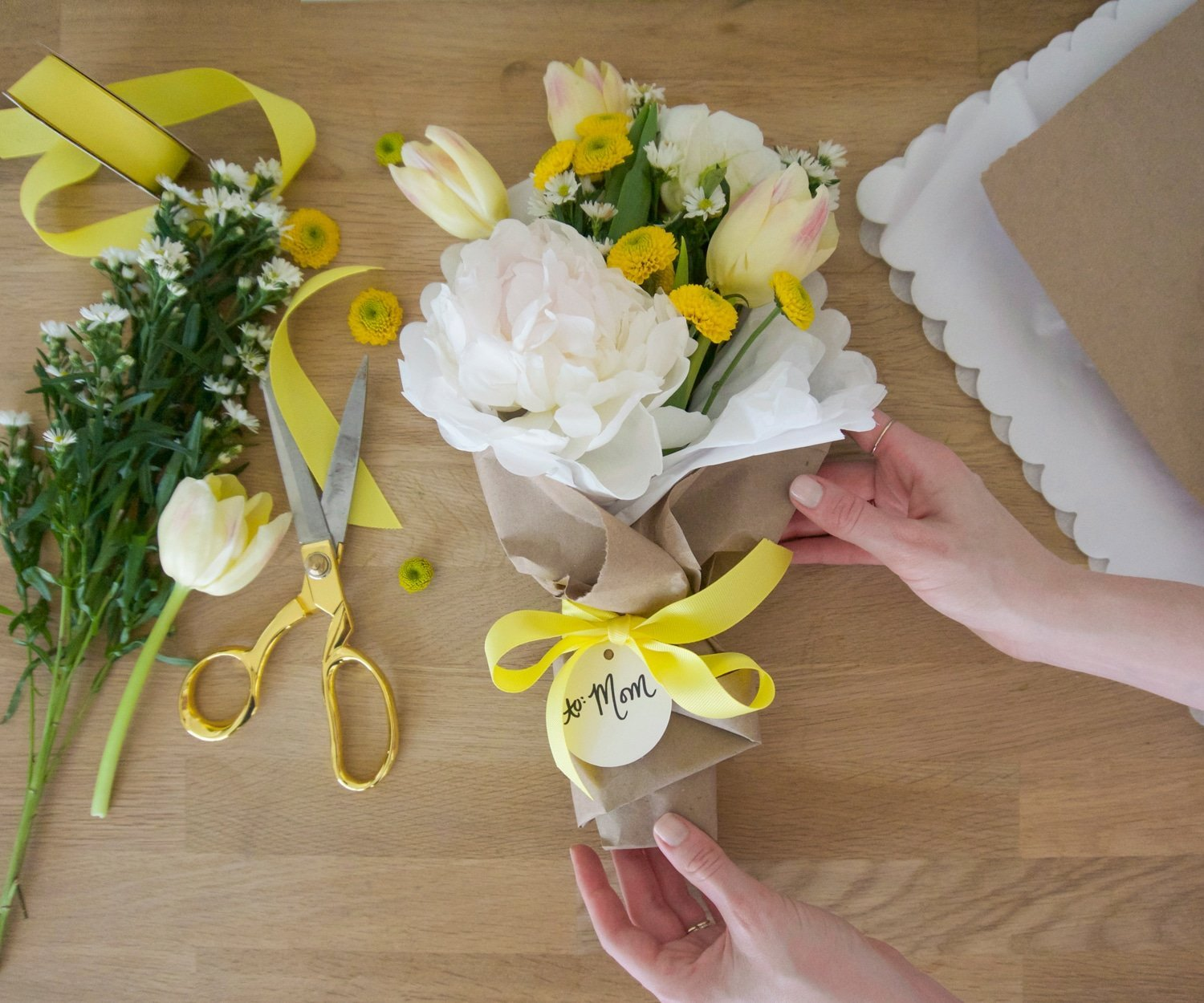 Blogger Ashley Brooke shares how to design a DIY bouquet in 10 steps! | www.ashleybrookedesigns.com