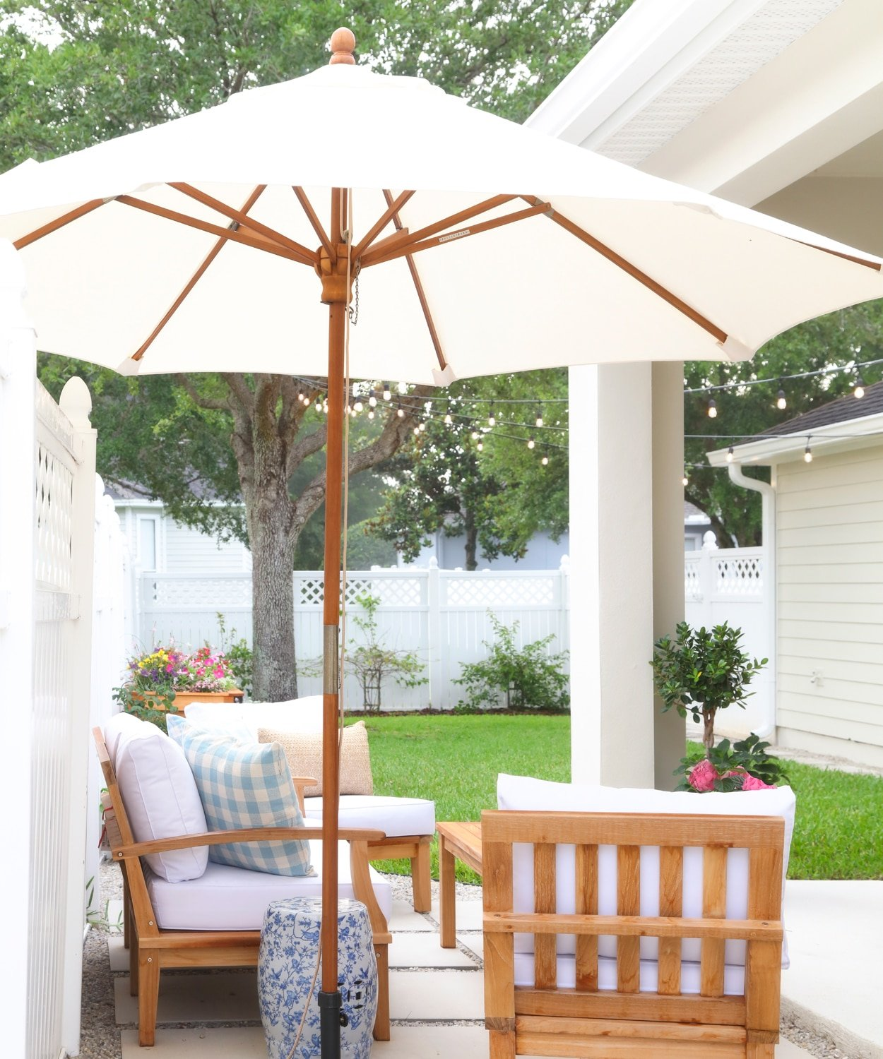 A new patio nook in Ashley Brooke's DIY backyard redesign! | www.ashleybrookedesigns.com