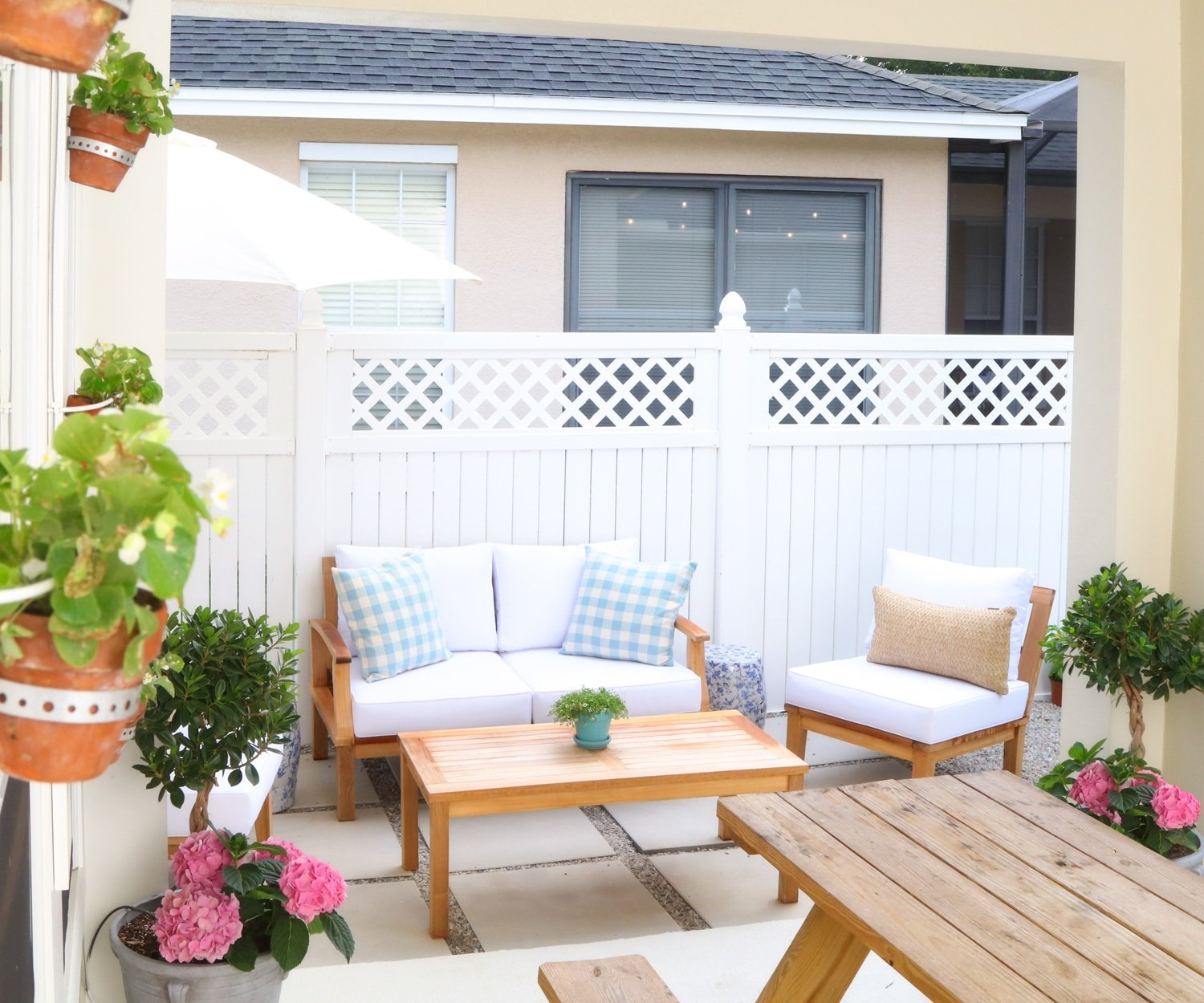 We're in love with Ashley Brooke's new DIY patio! | www.ashleybrookedesigns.com