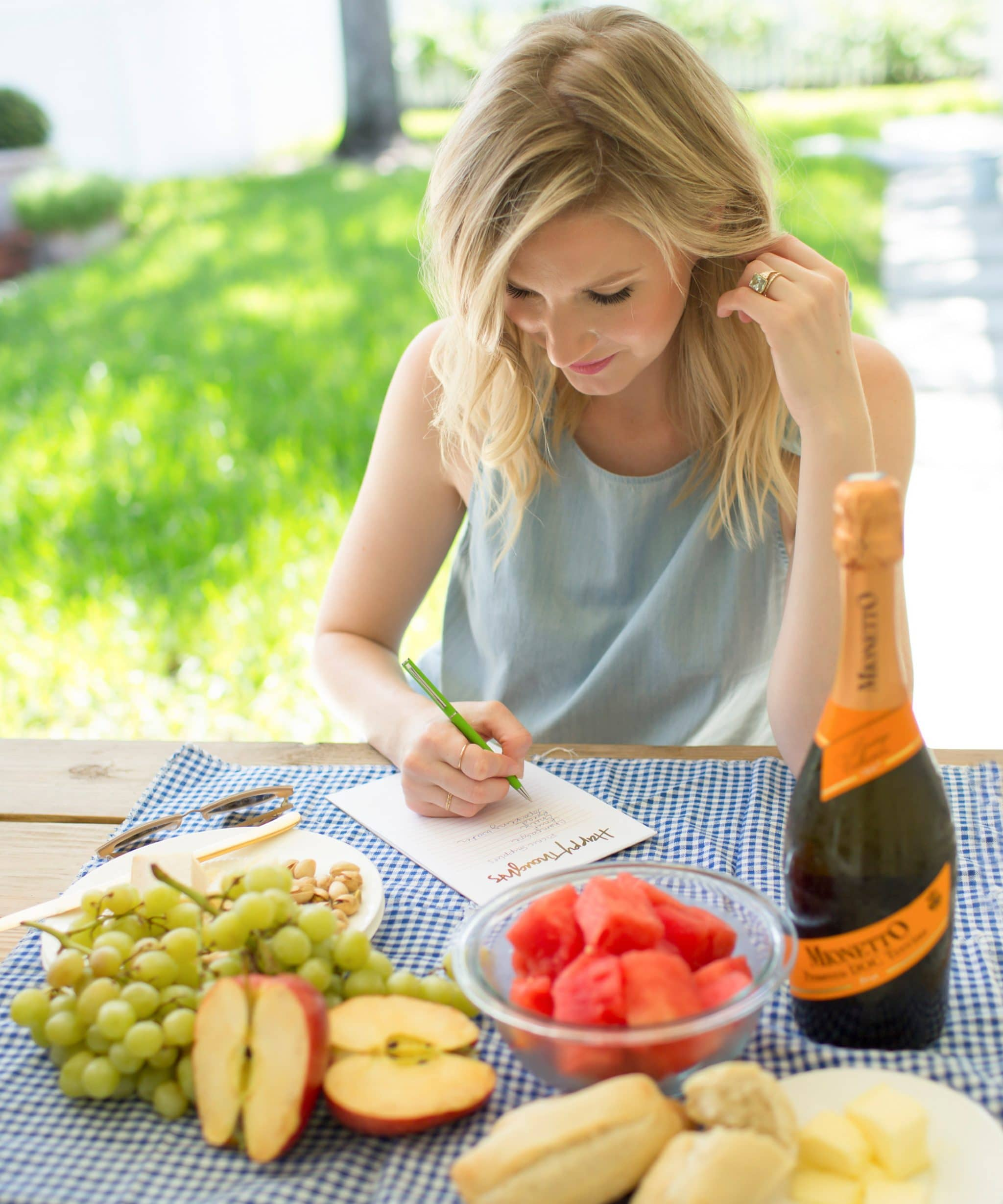 Blogger Ashley Brooke shares her picnic date must haves for National Picnic Month! | www.ashleybrookedesigns.com