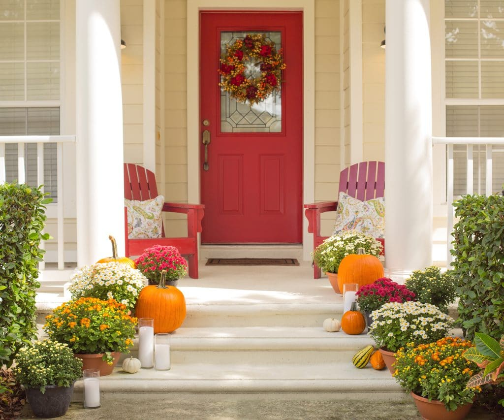 Blogger Ashley Brooke shares how to decorate your front porch for Fall in 4 easy steps! | www.ashleybrookedesigns.com