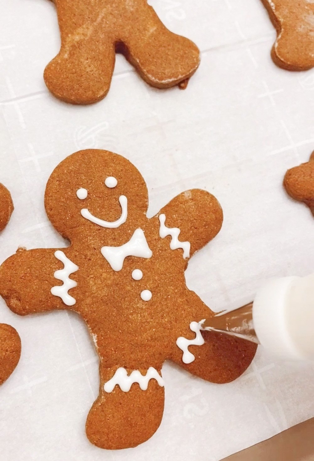Icing a gingerbread cookie